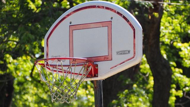un panier de basket sur pied pour adulte