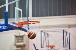 panier de basket dans une salle de sport